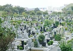 永代供養墓に遺骨を納める